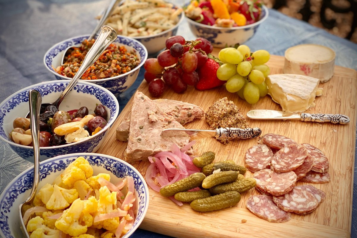french picnic basket spread